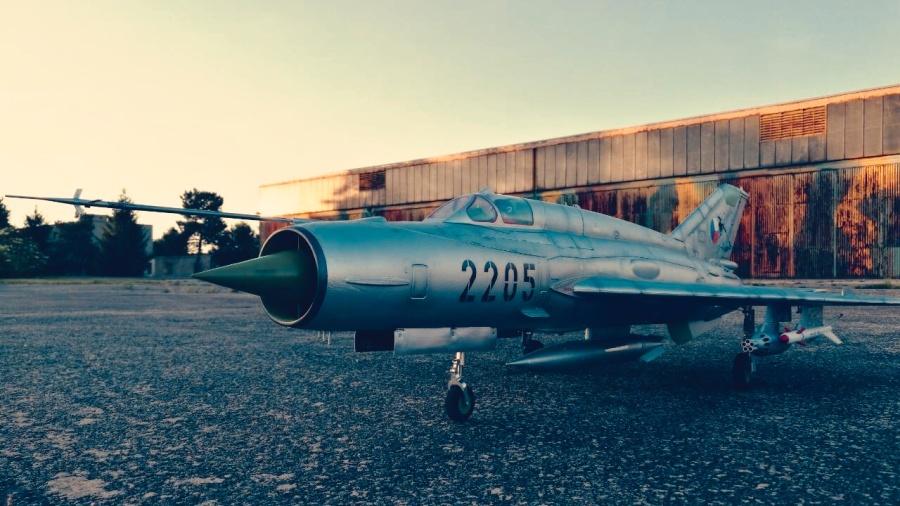 Mig 21 před hangárem bývalé LOZky